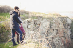 Ehemann und Frau in der Natur, Vorfrühling Glückliches Paar auf Ferien Geliebte lachen Kerl und Mädchen amüsieren Sie sich am Vor Lizenzfreies Stockfoto