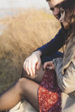 Ehemann und Frau in der Natur, Vorfrühling Glückliches Paar auf Ferien Geliebte lachen Kerl und Mädchen amüsieren Sie sich am Vor Stockfotografie