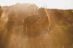 Ehemann und Frau in der Natur, Vorfrühling Glückliches Paar auf Ferien Geliebte lachen Kerl und Mädchen amüsieren Sie sich am Vor Stockfoto