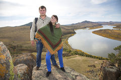 Ehemann und Frau, die auf einem Berg umarmen Stockfotografie