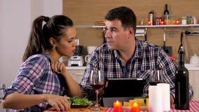 Ehemann und Frau, die Kerzenlicht zu Abend essen stock video footage