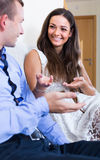 Ehemann und Frau, die zu Hause über etwas scherzen Lizenzfreie Stockbilder