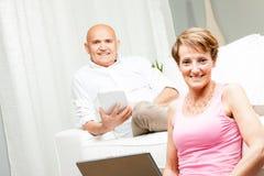 Ehemann und Frau, die zu Hause einen entspannenden Tag verbringen Stockbilder