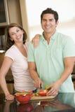 Ehemann und Frau, die zusammen eine Mahlzeit vorbereiten lizenzfreie stockfotos