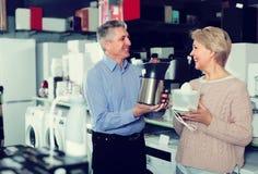 Ehemann und Frau kaufen im Shop von den juic Haushaltsgeräten lizenzfreie stockfotos