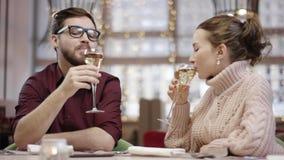 Ehemann und Frau klirrt Gläser und trinkt Champagner im Restaurant stock video footage