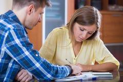 Ehemann und Frau mit traurigen Gesichtern Finanzen besprechend Lizenzfreie Stockfotos