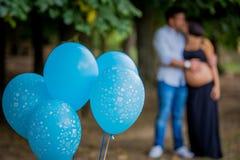 Ehemann und Frau umarmen sich und küssen sich denkend an ihr Kind im Mutterleib Stockfotos