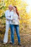 Ehemann und Frau - zukünftige Eltern stockbilder