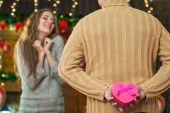 Ehemann vorbereitetes Geschenk für Frau Stockfotos