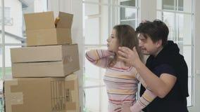 Ehemann zeigt seiner Frau Schlüssel eines neuen Hauses stock video footage
