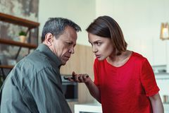 Ehemanngefühl in der Verzweiflung nach Verrat seiner Frau lizenzfreies stockbild