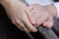 Ehering auf Paarhand Lizenzfreie Stockfotos