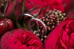 Ehering- und Rosenblumenstrauß Stockbild