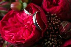 Ehering- und Rosenblumenstrauß Stockbilder