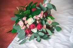 Eheringblumenstraußheirat-Weißbraut lizenzfreies stockfoto