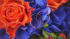 Eheringe auf Blumenstrauß der roten Rosen, Makro Lizenzfreies Stockbild