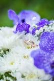 Eheringe auf dem Blumenstrauß der Braut Stockfoto