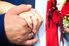 Eheringe auf den Händen von Jungvermählten Lizenzfreie Stockfotos