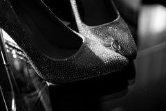 Eheringe auf den Schuhen der Braut hochzeit dekor Braut `s Schuhe Die Schuhe und die Ringe der Heiratsbraut Wedding wei?e Schuhe lizenzfreie stockfotografie