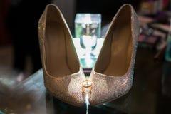 Eheringe auf den Schuhen der Braut hochzeit dekor Braut `s Schuhe Die Schuhe und die Ringe der Heiratsbraut Wedding wei?e Schuhe stockfotografie
