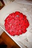 Eheringe auf einem Brautblumenstrauß Lizenzfreies Stockfoto