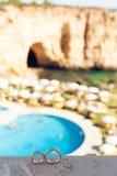 Eheringe auf einem Hintergrund von schönen Felsen Stockfotos