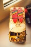 Eheringe auf einem Spielzeugauto Stockfoto