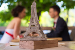 Eheringe auf einer hölzernen Statue des Eiffelturms Stockbilder