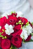 Eheringe auf Hochzeitsblumenstrauß stockfotos