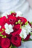 Eheringe auf Hochzeitsblumenstrauß lizenzfreies stockbild