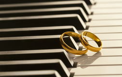 Eheringe auf Klavier Lizenzfreies Stockfoto