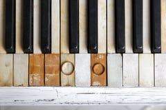 Eheringe auf Klavierschlüsseln Lizenzfreie Stockfotografie