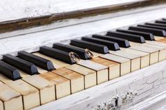 Eheringe auf Klavierschlüsseln Stockfotos