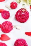 Eheringe, Dekoration und Brautblumenstrauß über Weiß Lizenzfreies Stockfoto