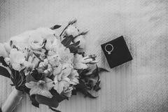Eheringe der Jungvermählten in einem Kasten Verpflichtungsgoldringe Stockbilder