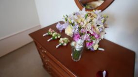 Eheringe, die auf dem Brautblumenstrauß liegen stock video footage