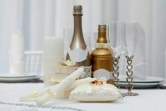 Eheringe, Gläser, Flaschen und Kerzen Stockfotos