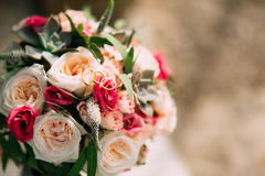 Eheringe und Bündel Rosen, Pfingstrosen und Succulents auf Lizenzfreie Stockfotos