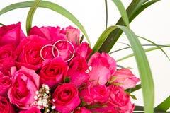 Eheringe und Brautblumenstrauß lokalisiert über whi Stockfotos