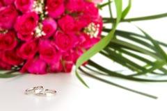 Eheringe und Brautblumenstrauß lokalisiert über whi Lizenzfreie Stockbilder