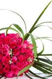 Eheringe und Brautblumenstrauß lokalisiert über whi Stockfotografie