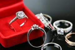 Eheringhintergrund, schöner silberner Ring im roten Kasten für Heiratskonzept Stockbild