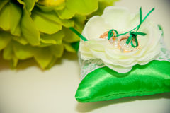 Eheringlüge auf Kissen für Ringe Stockbilder