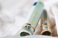 Ehevertrag Zwei Goldeheringe auf dem Geld Stockfoto
