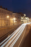 Ehicular trafik i den gammala staden av natten Fotografering för Bildbyråer