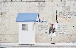 Ehre-Evzones-Schutz woth rised Gewehr vor dem Grab von Th Lizenzfreie Stockfotos