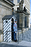 Ehrenwache am Beitrag nahe dem Präsidentenpalast im Prag stockfoto