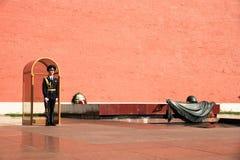 Ehrenwache Standing nahe ewigem Feuer in Moskau Russland Lizenzfreie Stockfotos