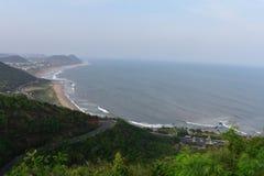 Ehrfürchtige Ansicht der staatlicher Autobahn u. des Meeres von der Spitze von Hügeln lizenzfreie stockbilder